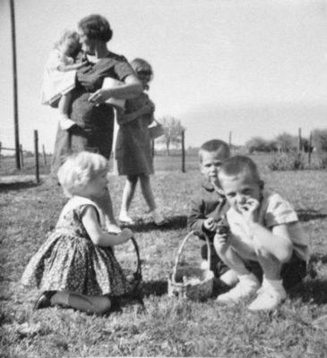 1964-03-29RhondaJamieGrandmaJodieVan&AlEasterR1
